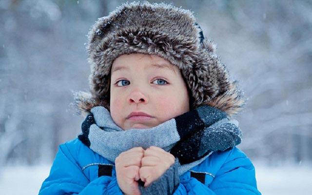 замерзший мальчик зимой