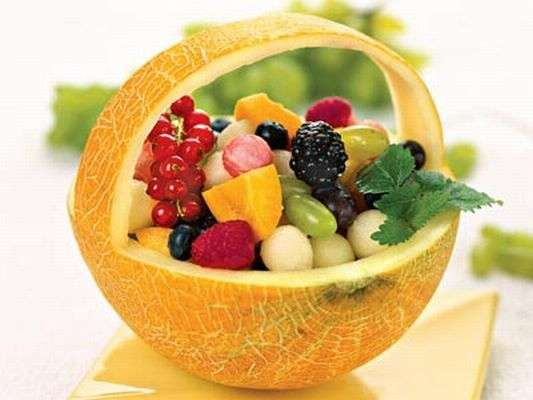 корзинка с ягодами фруктами