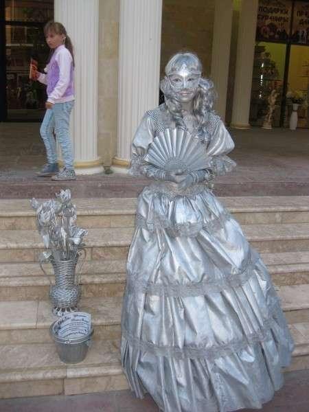 серебряная статуя