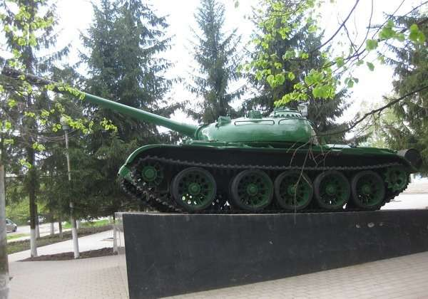 танк на постаменте