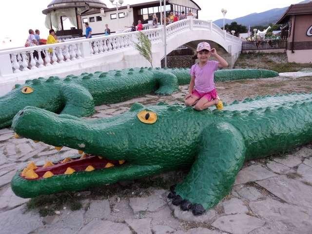 большие зеленые крокодилы у моря