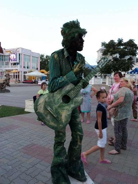 живая статуя гитариста