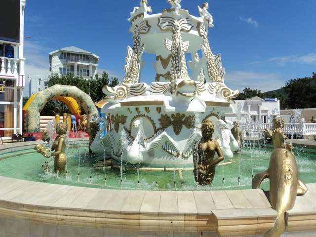 царский фонтан рядом с кафе-рестораном