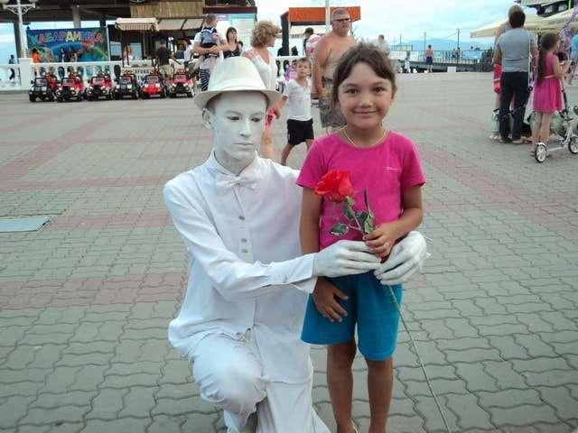 памятное фото со статуей