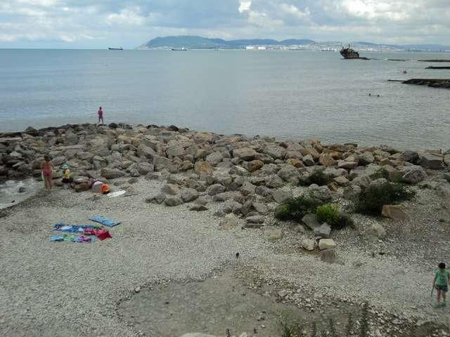 берег с крупными камнями