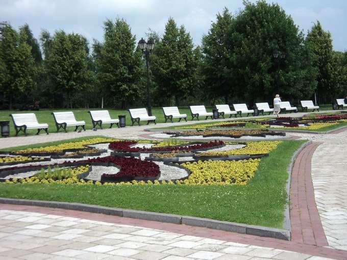площадь с цветочными клумбами