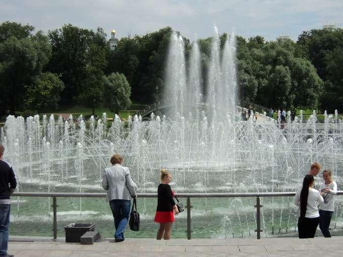 летний день у фонтана