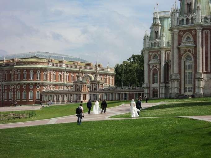 на площади перед большим дворцом