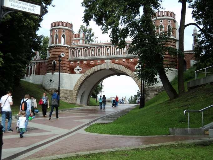 фигурный мост при входе