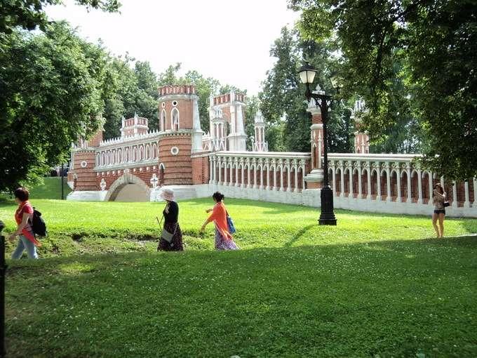 посетители парка в летний день
