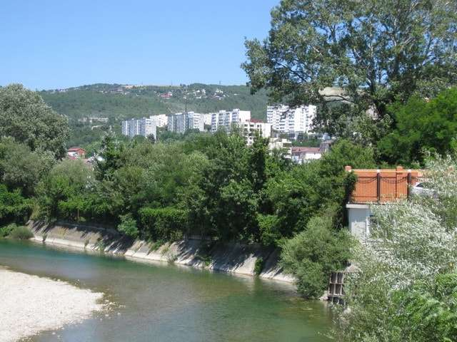 река протекает параллельно улице ленина
