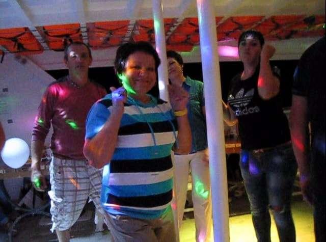 веселая дискотека во время морской прогулки