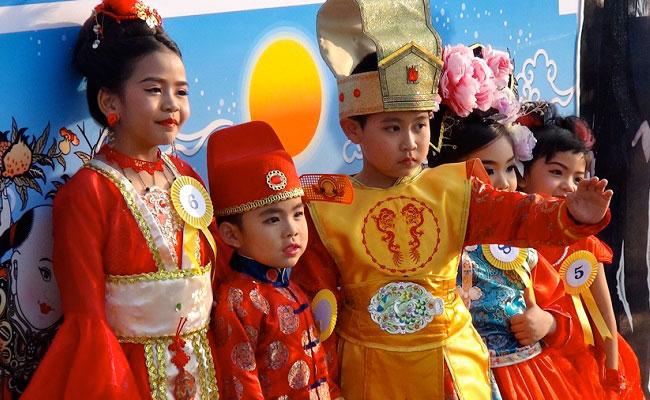 тайские дети встречают праздник