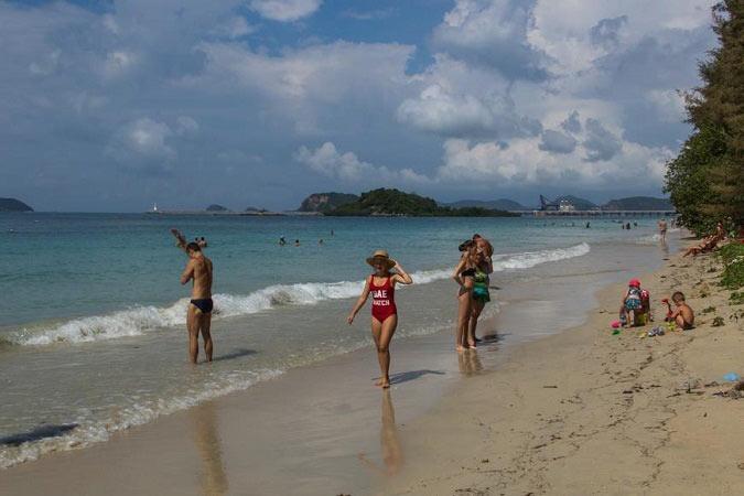 паттайя пляж танцующей девушки фото