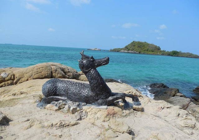 скульптура на берегу фото
