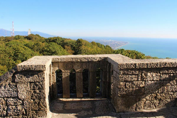 вид с ахунской башни на побережье