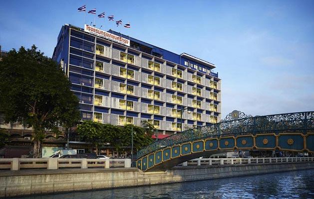 здание на берегу канала