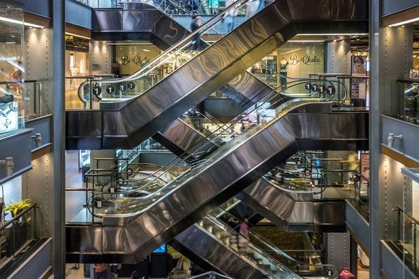 этажи соединены эскалаторами